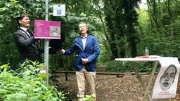 Burgemeester Paul Depla en Theo Jongedijk onthullen hey bordje met de QR-code. (foto: Raoul Cartens)