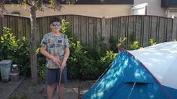 Sem Doomen bij de tent in de achtertuin waar hij samen met zijn zus twee weken in sliep (foto: familie Doomen).