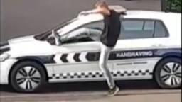 De man trapt de spiegel van de auto (beeld: Dumpert)