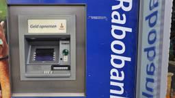 De daders sloegen toe bij geldautomaten van de Rabobank (archieffoto: Karin Kamp).
