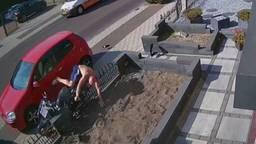 Scooterrijder rijdt over de stoep en knalt hard op tuinhek.