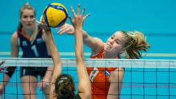 Demi Korevaar slaat de bal tussen de handen van de tegenstander door (Foto: ANP)