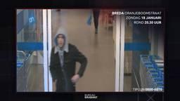 De dag na de overval pinde deze jongeman met een van de buitgemaakte pasjes (beeld: Bureau Brabant)