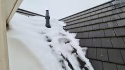 Smeltende sneeuw op de daken zorgt voor lekkage (foto: Noël van Hooft)