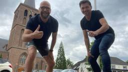 Paul Hendriks en André Peters werken zich een slag in de rondte om de kermis te organiseren (foto: Paul Hendriks)