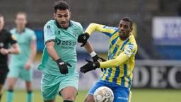Vangelis Pavlidis en Saïd Bakari vechten om de bal (foto: Orange Pictures).