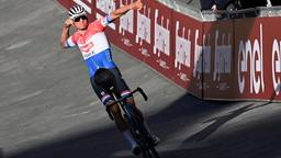 Van der Poel viert de koers die hij perse wilde winnen (Foto: ANP)