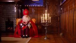 Sinterklaas leest nog wat in zijn grote boek (foto: Omroep Brabant).