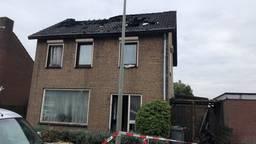Het huis is onbewoonbaar na de brand.