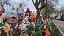 Bob Beunk bij zijn kabouterparadijs (foto: Noël van Hooft).