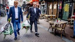 Advocaten Onno de Jong (l) en  Peter Schouten (r) leggen bloemen neer op de plek waar Peter R. de Vries is neergeschoten (foto: ANP).