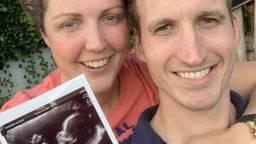 Steffi en Roel delen het heuglijke nieuws met een foto van de echo (foto: Boer Zoekt Vrouw)