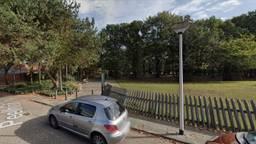 De jongeren hangen onder meer rond bij het dierenparkje aan de Peelhof (foto: Google Streetview).
