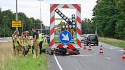 Motorrijder zwaargewond na raken pijlwagen in Tilburg