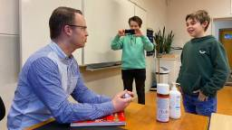 Jesse en Björn interviewen hun docent Engels (foto: Erik Peeters).