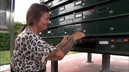 Wendy van der Zalm opent dinsdag eindelijk een lege brievenbus (foto: Omroep Brabant).