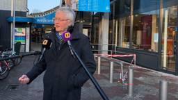 Burgemeester Theo Weterings voor de getroffen Albert Heijn (Foto: Agnes van der Straaten)