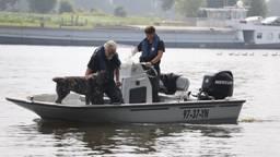 Er wordt met speurhonden en een bootje naar de vermiste man in de Maas bij Oeffelt gezocht (foto: Marco van den Broek/SQ Vision).