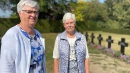 Zuster Mirjam (L) en zuster Agnes bij de tien graven van overleden zusters (foto: Jan Peels).