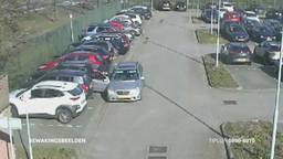 De mannen sloegen toe op de parkeerplaats van het personeel (foto: politie).