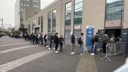 Zo'n honderd mensen staan te wachten (foto: Omroep Brabant).
