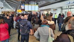 Veel reizigers turen naar de informatieborden op Eindhoven Airport in de hoop op duidelijkheid (foto: Noël van Hooft).