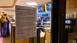 Mondkapjes zijn bij deze cafetaria niet verplicht (foto: Noël van Hooft)