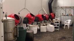 Gewone cementmolens voor de cokeverwerking (foto: politie)