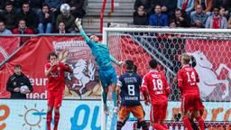 Timon Wellenreuther brengt redding tegen FC Twente (foto: Orange Pictures).
