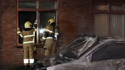 Door de hitte die bij de autobrand in Boxtel vrijkwam, sneuvelden verschillende ruiten van huizen (foto: Sander van Gils/SQ Vision).