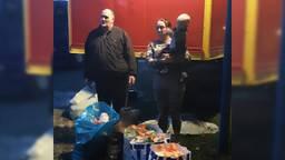 De circusfamilie Zinnicker neemt het voedsel in ontvangst (Foto: Dirk Sanders/voedselbank).