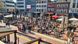 De terrassen in Eindhoven zaten in een mum van tijd vol (foto: Noël van Hooft)