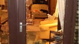 Agenten braken een raam van het huis open om de inbreker aan te houden (foto: politieteam Bergen op Zoom / Facebook).
