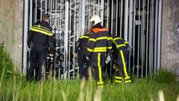 Brandweer en politie bekijken de schade (foto: Christian Traets/SQ Vision Mediaprodukties).