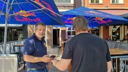 Een coronacheck bij een café (Foto: Collin Beijk).