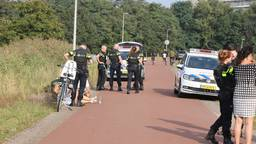 De vrouw wordt geholpen door de politie (foto: Bart Meesters/SQ Vision Mediaprodukties).