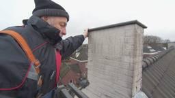Buurtbewoner Henny Martens voelt aan de schoorsteen (foto: Omroep Brabant).