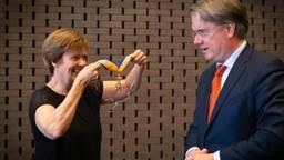 De onderscheiding werd omgehangen door Caroline Evers, echtgenote van Wim van de Donk (foto: Eric Verburgt).