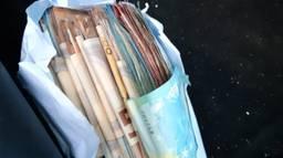 Veel cash in een envelopje (foto: Verkeerspolitie Zeeland-West-Brabant).