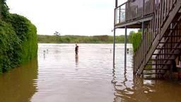 In Maashees stijgt het water tot aan de knieën van Obbe en Ina
