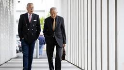 Anton Kotte (r) loopt samen met voorzitter Piet Ploeg van de stichting naar de rechtszaal (foto: ANP/Sem van der wal)