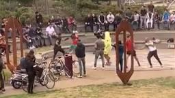 De boksende jongeren in het park in Helmond.