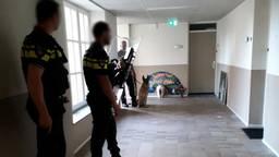 Agenten gewapend met schild en hond (foto: politie Eindhoven / Facebook)