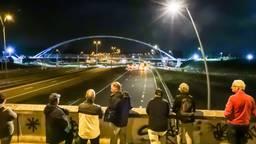 Veel mensen waren getuige van de 'luchtbrugoperatie' (foto: Dave Hendriks/SQ Vision Mediaprodukties).