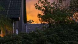 Een flinke brand in de achtertuin (foto: Mathijs Bertens/ SQ Vision).