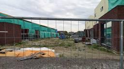 Duurzame dromen spatten uit elkaar nu deze woningen tegen de vlakte moeten (foto: Ferenc Triki).