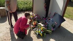De oma van Dana en Liva legt twee jaar na het spoordrama bloemen bij het monument