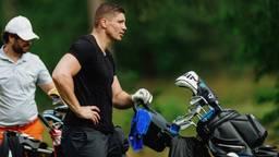 Rico Verhoeven wacht op de golfbaan
