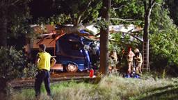 Chauffeur bekneld nadat hij van de weg raakt en boom omver rijdt