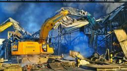 De brandweer sloopt de restanten van de opslagloods in Hapert (foto: Rico Vogels/SQ Vision).
